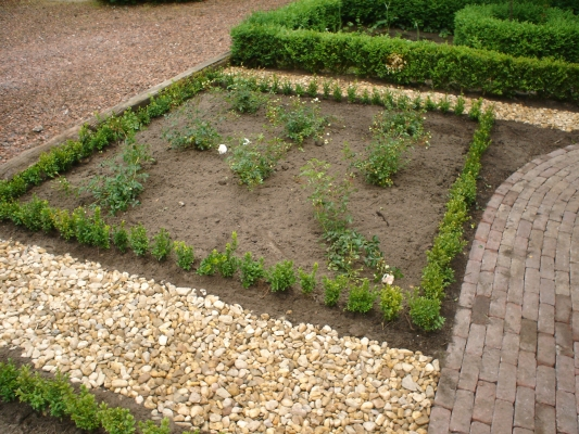 Tuin met grind zakken - Aangelegde tuin met kiezelstenen ...